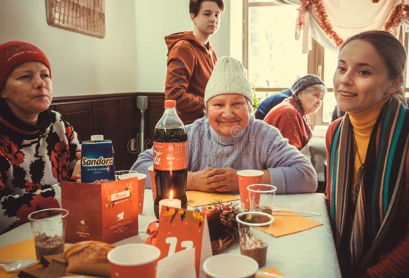 Grupa szczęśliwe biedne kobiety spotyka dla lunchu przy Bożenarodzeniowym dobroczynność gościem restauracji dla bezdomny obraz royalty free