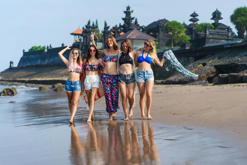 grupa szczęśliwe młode kobiety w bikini odprowadzeniu zdjęcia stock