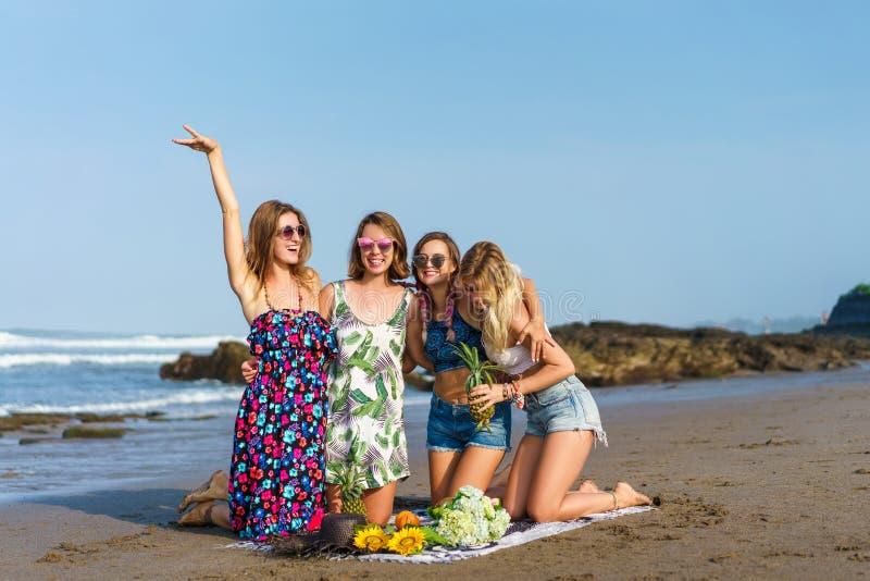 grupa szczęśliwe młode kobiety wydaje czas z różnorodnymi owoc obraz stock