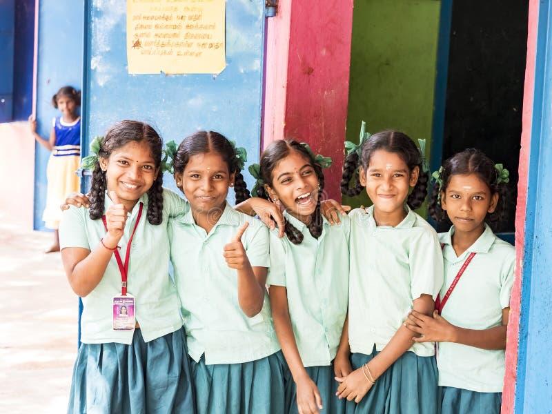 Grupa szczęśliwi śmieszni dziecko przyjaciół koledzy z klasy ono uśmiecha się robić zwycięstwo pokoju znaka gestowi z palcami prz zdjęcia royalty free