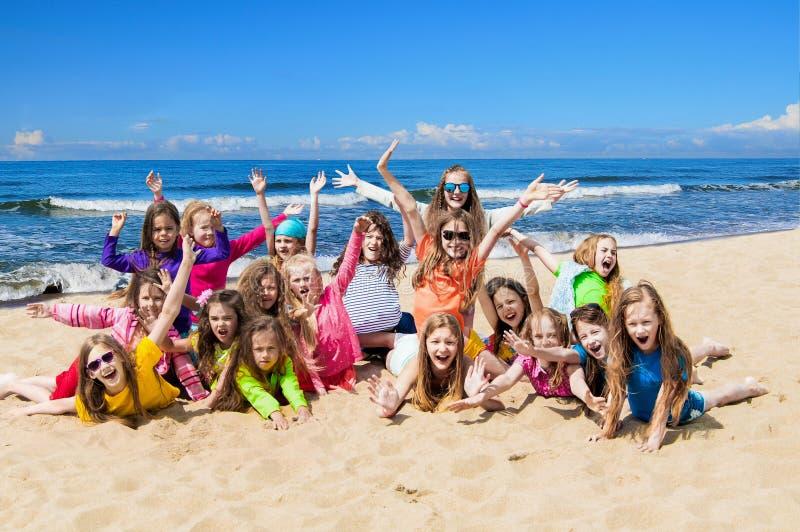 Grupa szczęśliwi dzieci na plaży obrazy royalty free