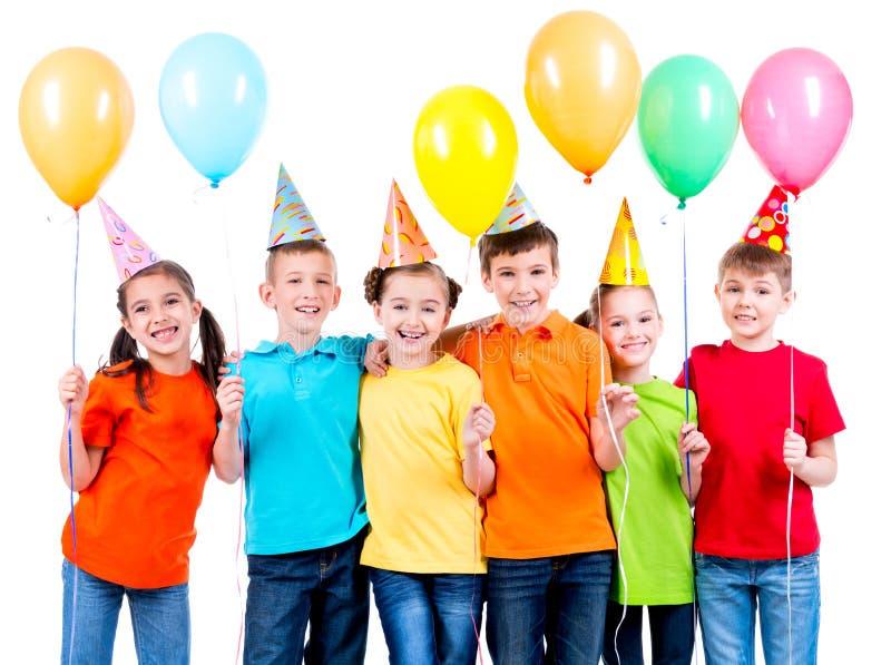 Grupa szczęśliwi dzieci z balonami zdjęcia royalty free