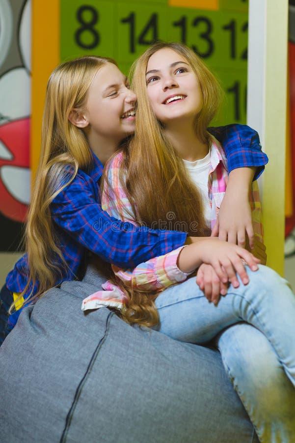 Grupa szczęśliwi dzieciaki bawić się w dziecko pokoju zdjęcie stock