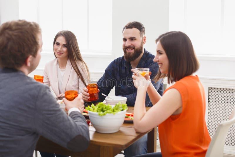 Grupa szczęśliwi ludzie przy świątecznym stołowym obiadowym przyjęciem obrazy royalty free