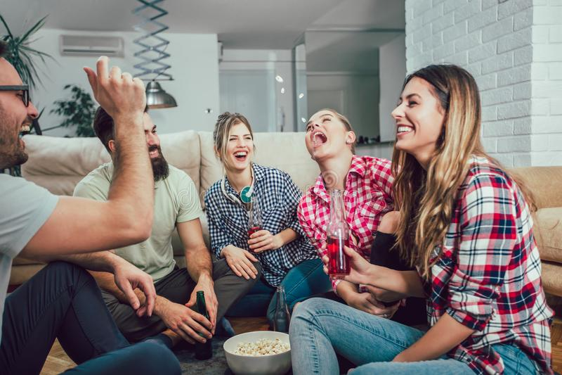 Grupa szczęśliwi młodzi przyjaciele ma zabawę i pije piwo zdjęcia stock