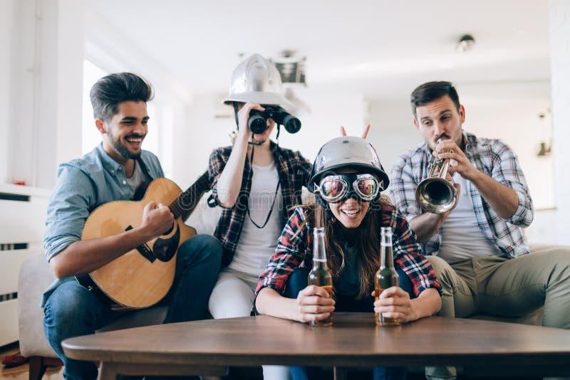 Grupa szczęśliwi młodzi przyjaciele ma zabawę i pije piwo fotografia stock