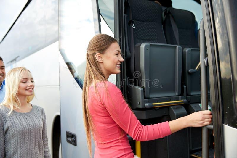 Grupa szczęśliwi pasażery wsiada podróż autobus zdjęcie royalty free