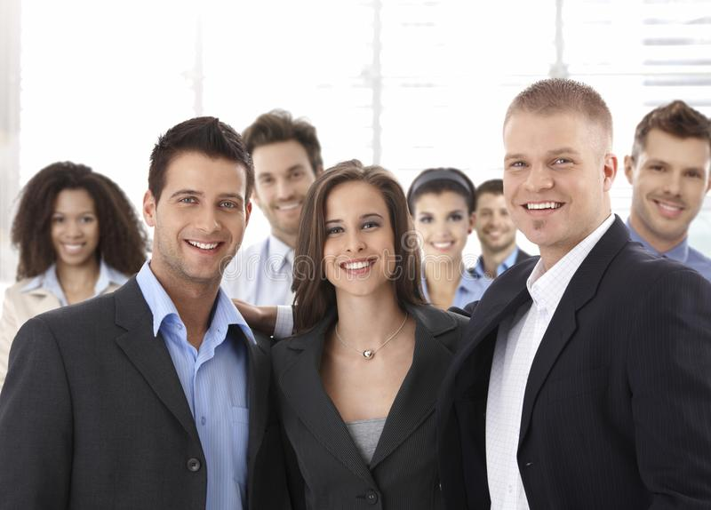 Grupa szczęśliwi pomyślni ludzie biznesu ono uśmiecha się zdjęcie royalty free