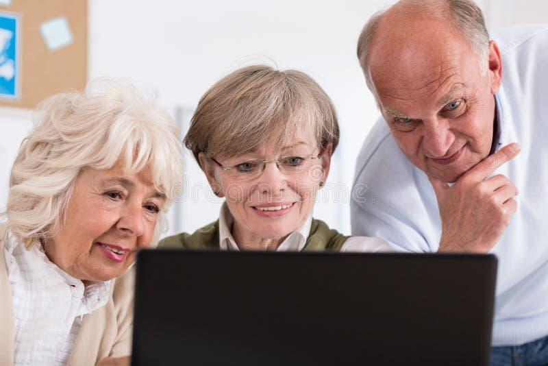 Grupa szczęśliwi przechodzić na emeryturę ludzie fotografia royalty free
