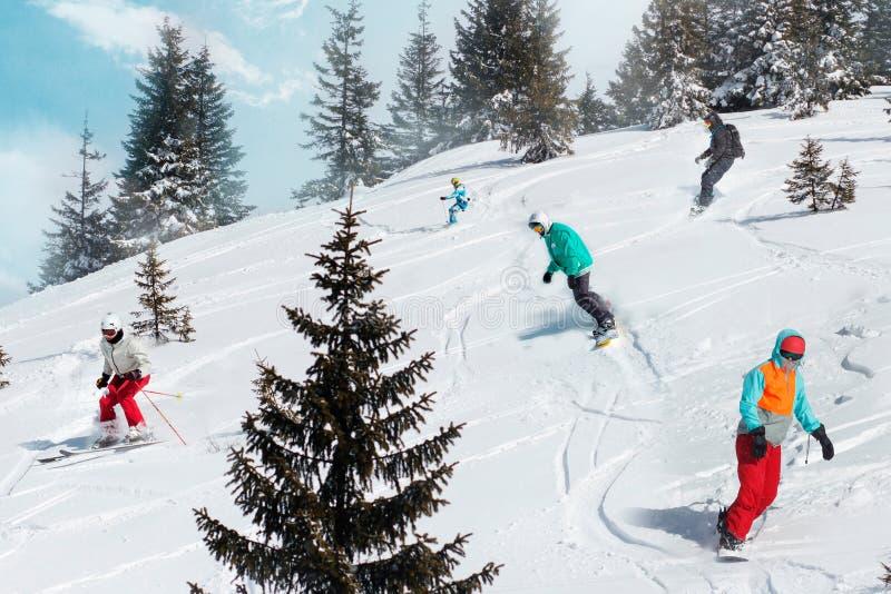 Grupa szczęśliwi przyjaciół snowboarders, narciarki przy ośrodkiem narciarskim i Zima być na wakacjach pojęcie fotografia stock