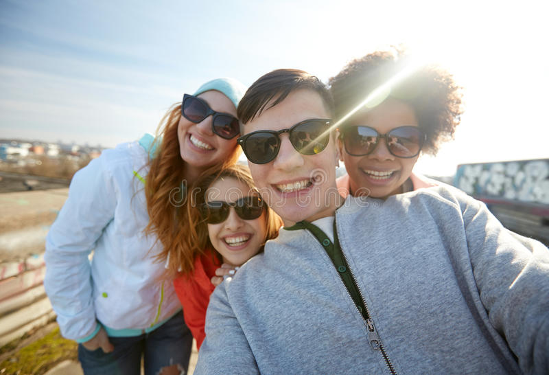 Grupa szczęśliwi przyjaciele bierze selfie na ulicie obrazy royalty free