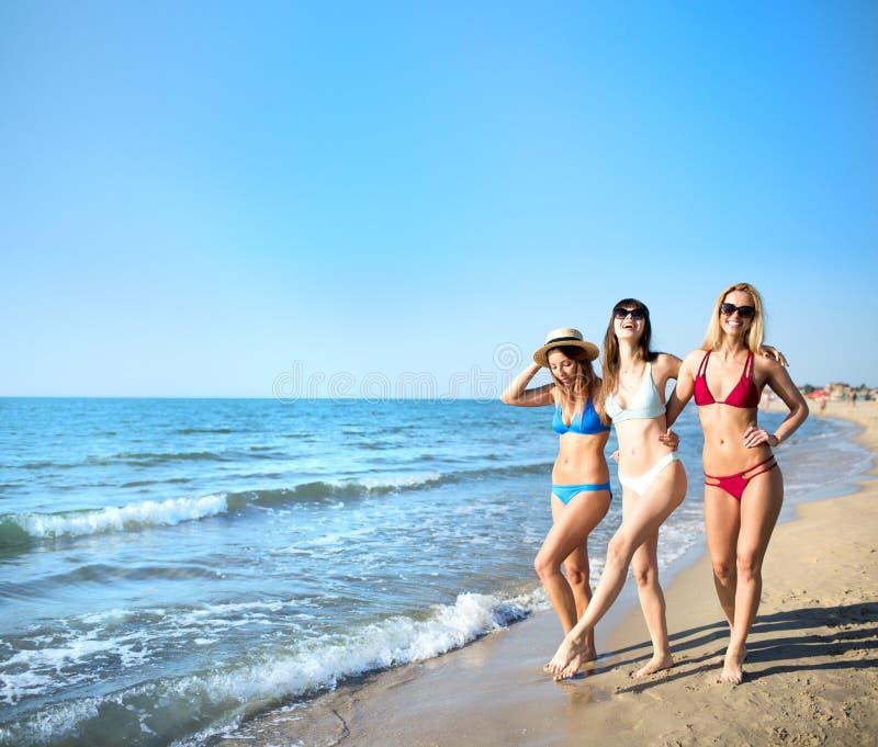 Grupa szczęśliwi przyjaciele ma zabawę przy ocean plażą fotografia stock
