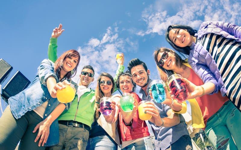 Grupa szczęśliwi przyjaciele ma zabawę przy przyjęciem koktajlowe wpólnie zdjęcie royalty free