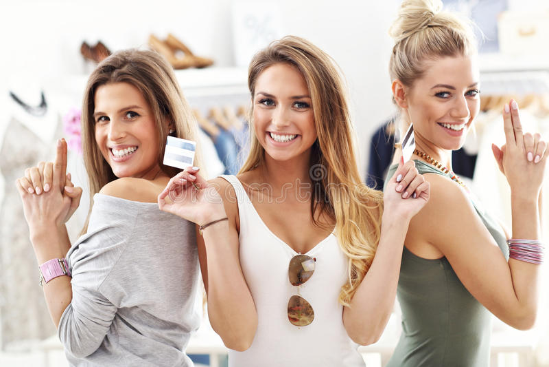 Grupa szczęśliwi przyjaciele robi zakupy w sklepie fotografia stock