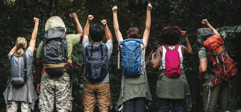 Grupa szczęśliwi różnorodni obozowicze zdjęcia stock