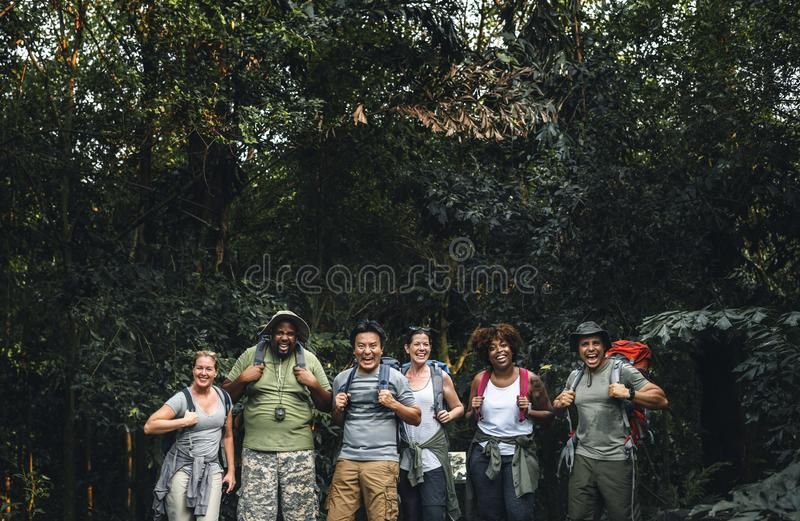 Grupa szczęśliwi różnorodni obozowicze fotografia stock