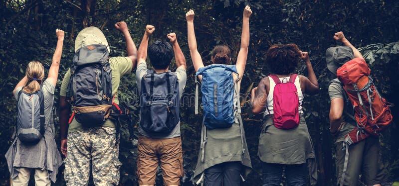 Grupa szczęśliwi różnorodni obozowicze fotografia royalty free