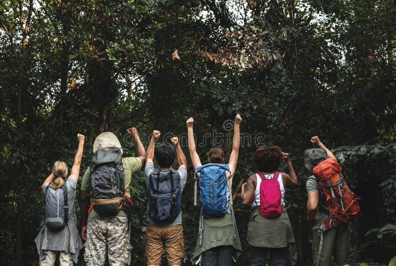 Grupa szczęśliwi różnorodni obozowicze w trekking wycieczce obraz royalty free