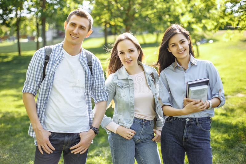 Grupa szczęśliwi studenci collegu plenerowi obrazy royalty free