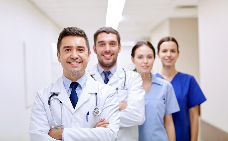 Grupa szczęśliwi studenci medycyny lub lekarki przy szpitalem zdjęcia royalty free
