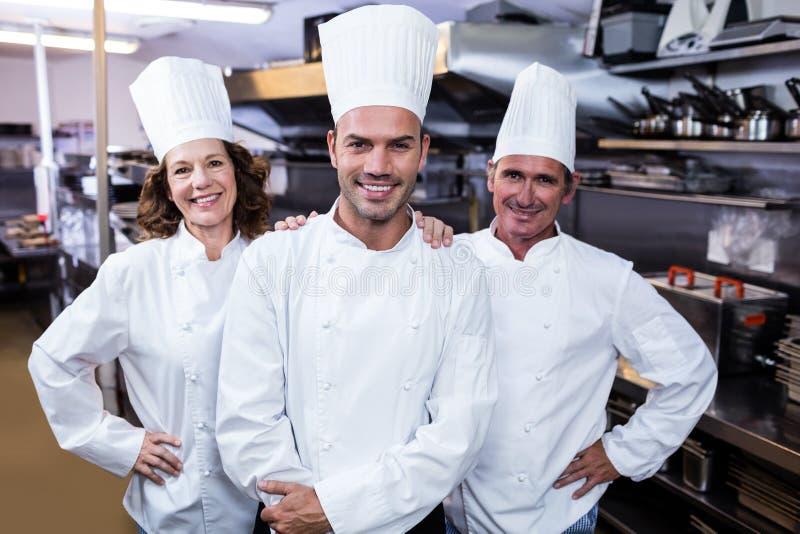 Grupa szczęśliwi szefowie kuchni ono uśmiecha się przy kamerą obrazy royalty free