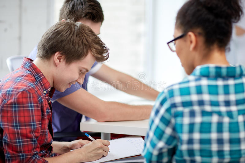 Grupa szczęśliwi szkoła średnia ucznie z workbook obrazy stock