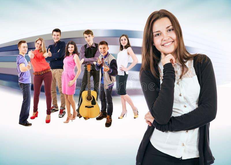 Grupa szczęśliwi uśmiechnięci młodzi ludzie obraz royalty free
