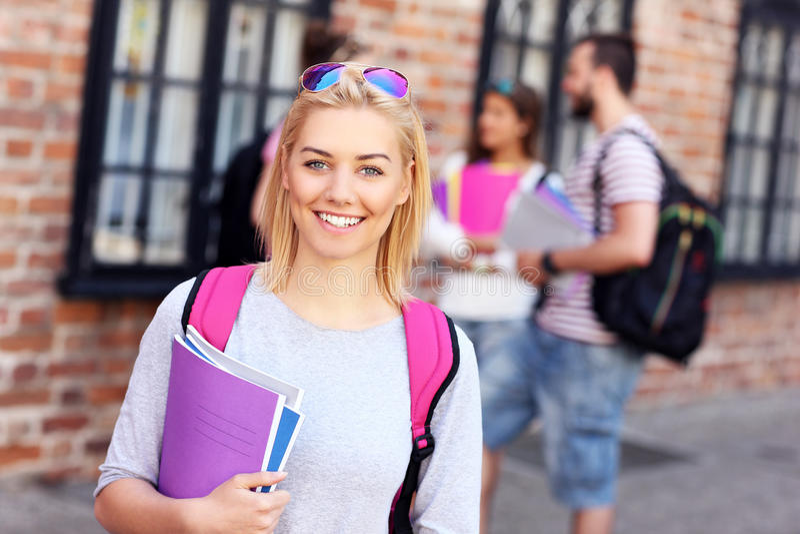 Grupa szczęśliwi ucznie studiuje outdoors zdjęcia stock
