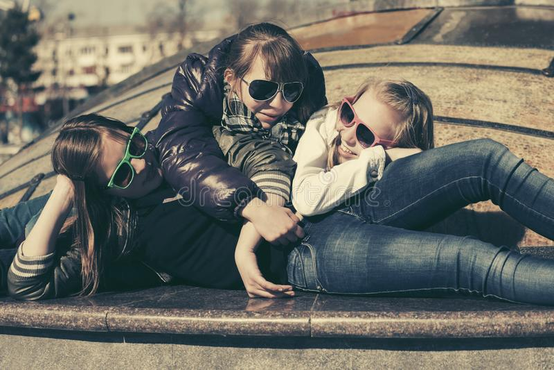 Grupa szcz??liwe nastoletnie dziewczyny na miasto ulicie zdjęcia stock