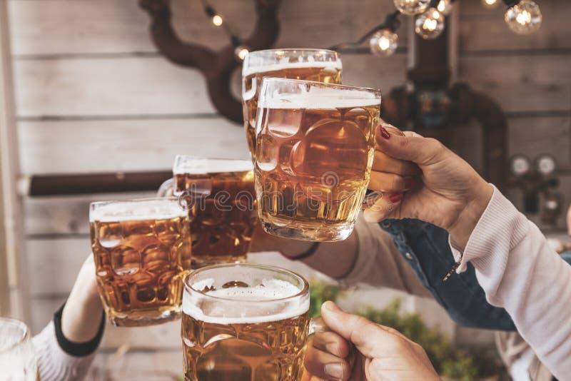 Grupa szcz??liwi przyjaciele pije piwo i je bierze oddalon? pizz? obrazy royalty free