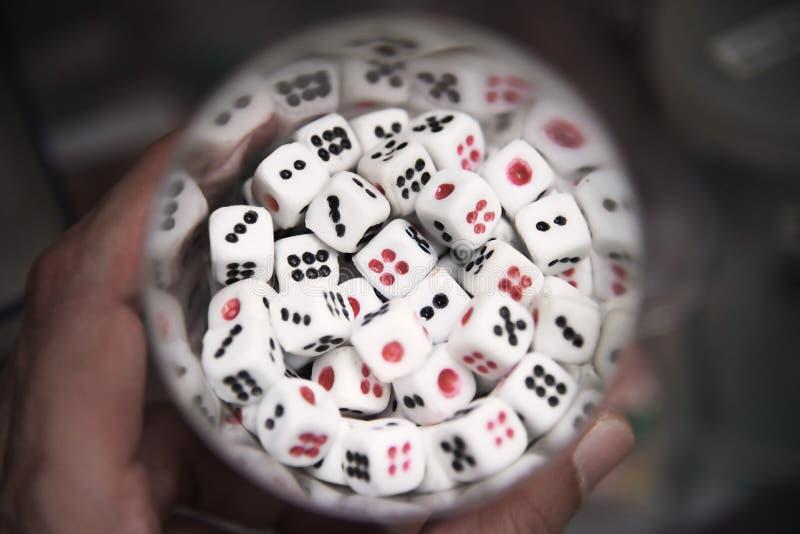 Grupa sześć popierających kogoś kostka do gry w szkle: Zbliżenie fotografia stock