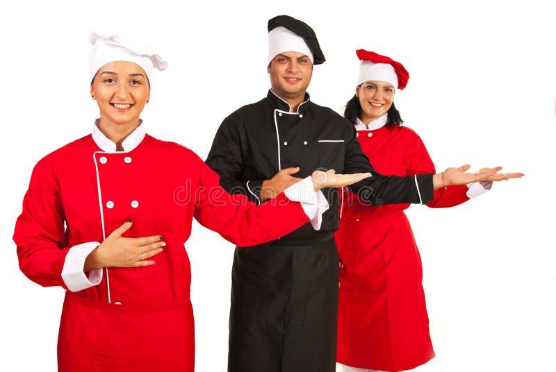 Grupa szefowie kuchni robi prezentaci obrazy stock