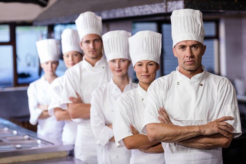 Grupa szefowie kuchni stoi w kuchni fotografia royalty free