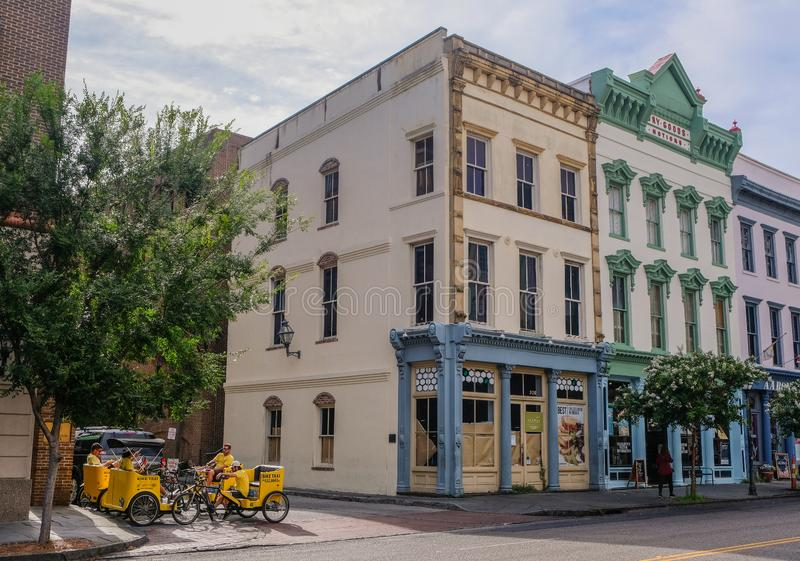 Grupa taxi bicykle na ulicie w w centrum Charleston zdjęcia royalty free