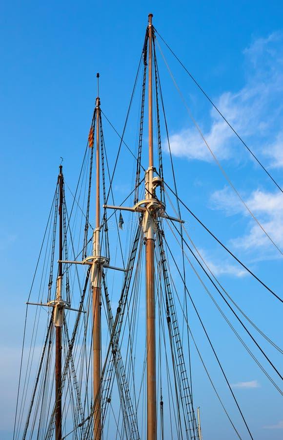 Grupa trzy masztu od ten sam statku z różnymi drewnianymi kolorami obraz stock