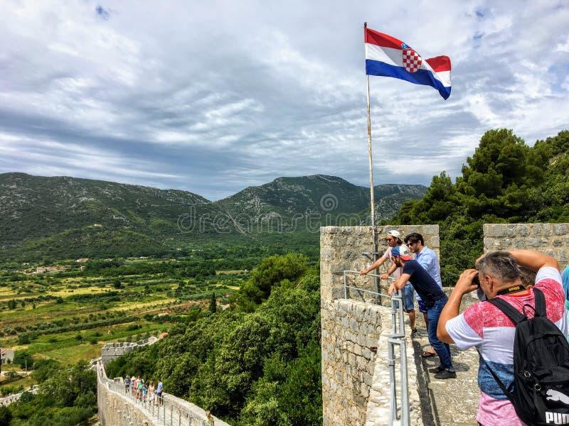 Grupa turyści bierze fotografie na w górę ścian Ston wysoko obrazy stock