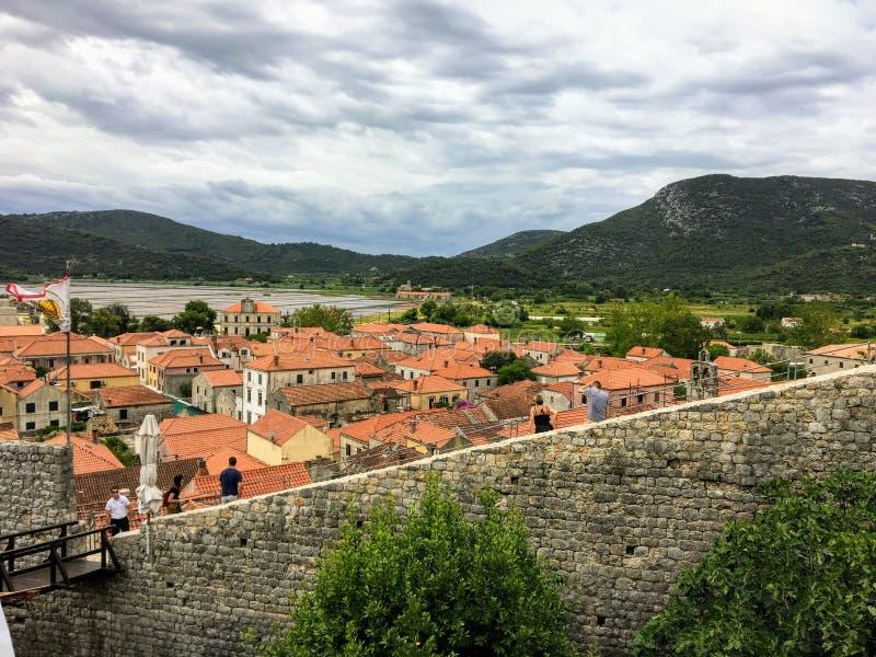Grupa turyści bierze fotografie wzdłuż ścian Ston, w antycznym miasteczku Ston, Chorwacja obraz royalty free