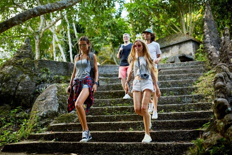 Grupa turyści chodzi w dół kroki antyczne ruiny w Thailand obraz stock