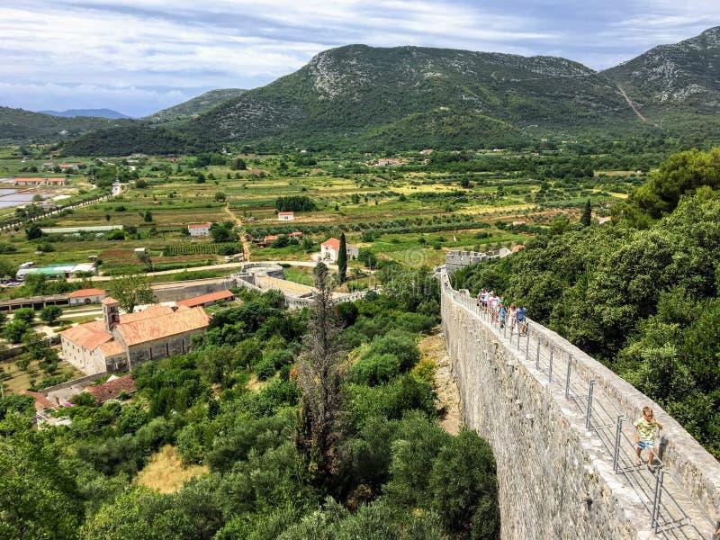 Grupa turyści chodzi wzdłuż ścian Ston, w antycznym miasteczku Ston, Chorwacja obrazy royalty free