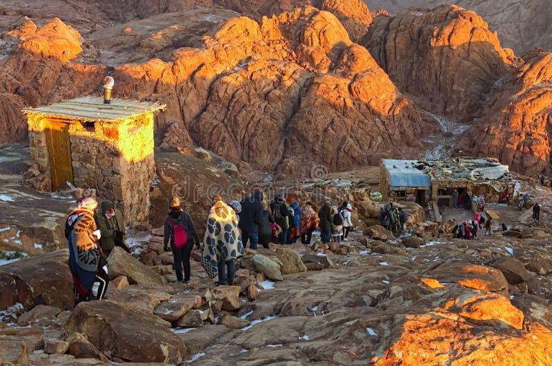 Grupa turyści iść puszek z wierzchu góra synaj góry Horeb, Gabal Musa po wschód słońca spotykającego obrazy royalty free