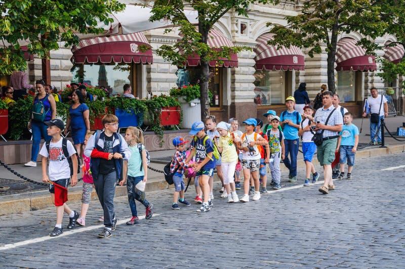 Grupa turyści iść w parach na placu czerwonym zdjęcia stock