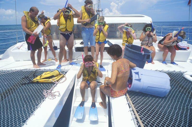 Grupa turyści na Catamaran wycieczki turysycznej łódkowatym narządzaniu Snorkel, Key West, FL zdjęcia royalty free