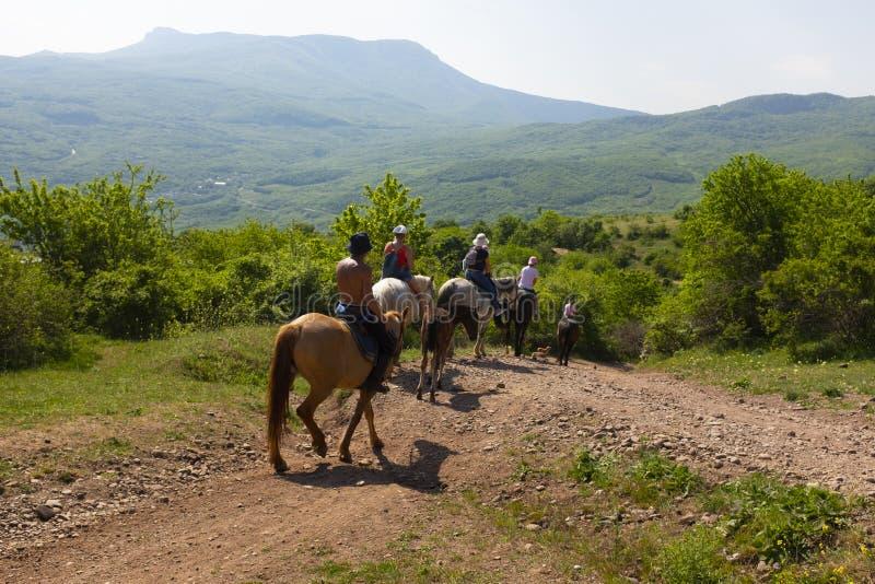 Grupa tury?ci na halnej equestrian wycieczce na koniach woko?o duch doliny obraz stock