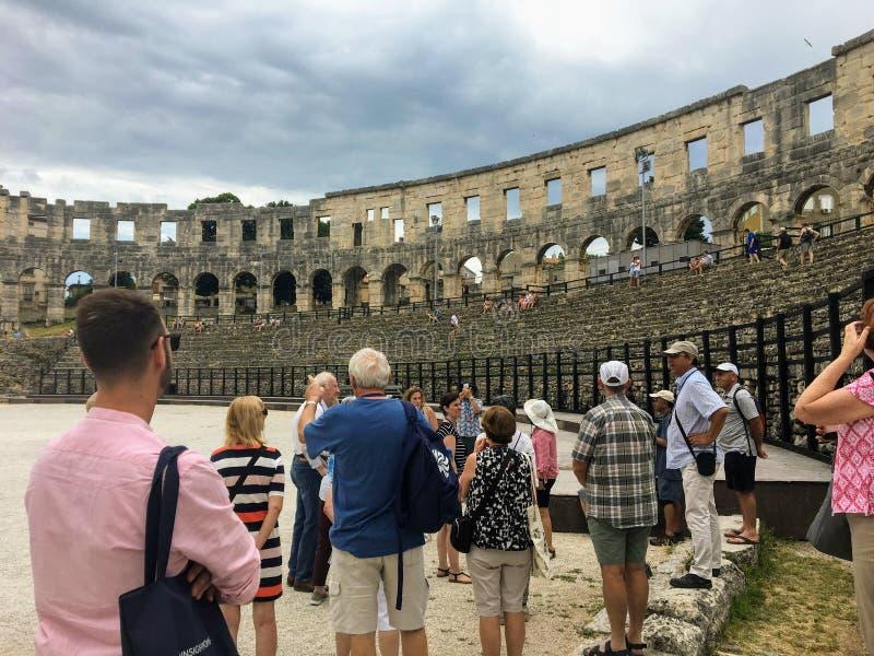 Grupa turyści podziwia widok wśrodku Pula Theatre w Pula, Chorwacja zdjęcie stock