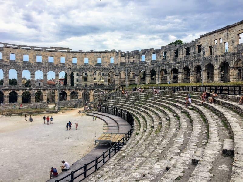 Grupa turyści podziwia widok wśrodku Pula Theatre w Pula, Chorwacja obraz stock