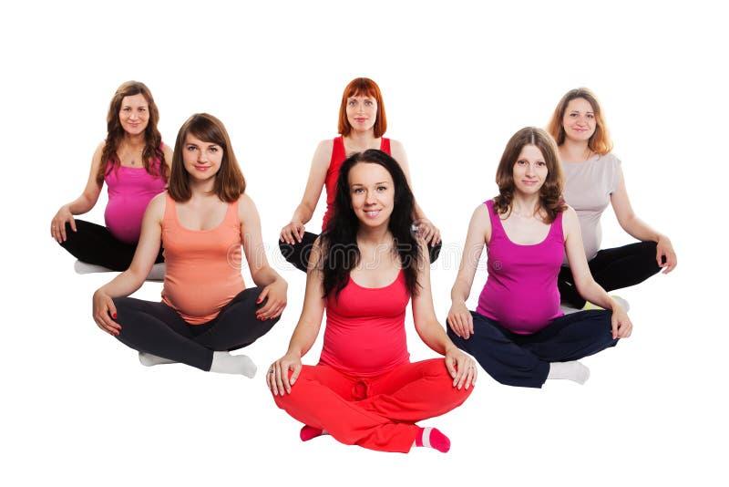 Grupa uśmiechnięci kobieta w ciąży siedzi na zdjęcie royalty free
