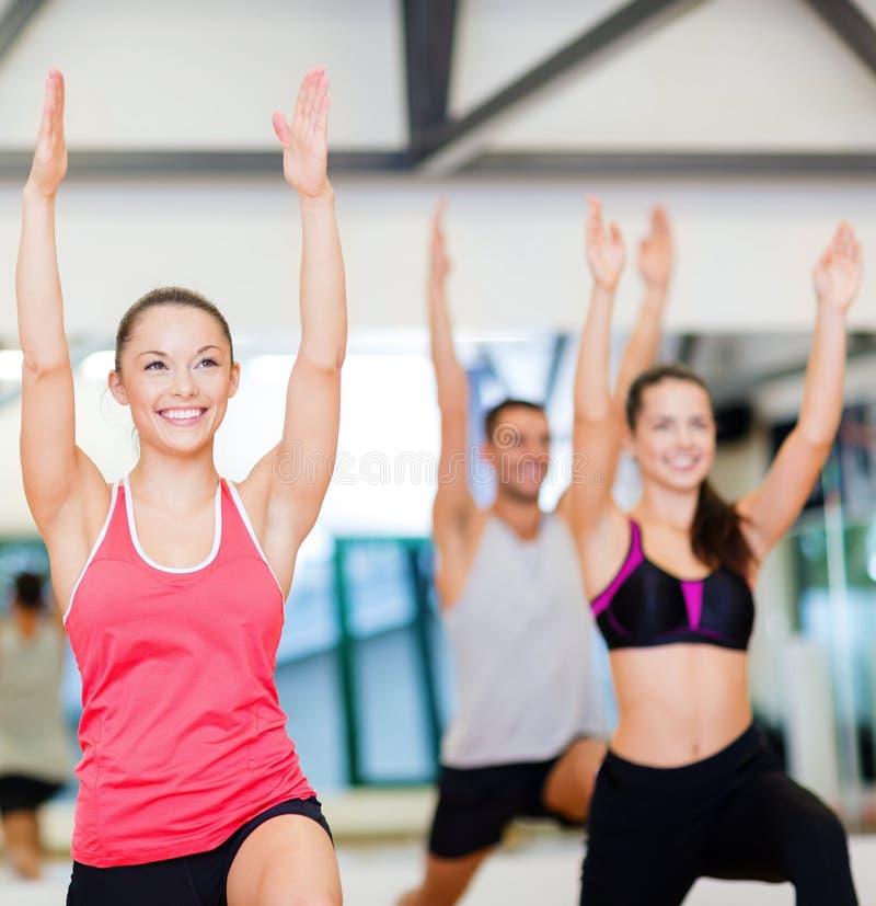 Download Grupa Uśmiechnięci Ludzie ćwiczy W Gym Zdjęcie Stock - Obraz złożonej z strata, ręki: 57655308