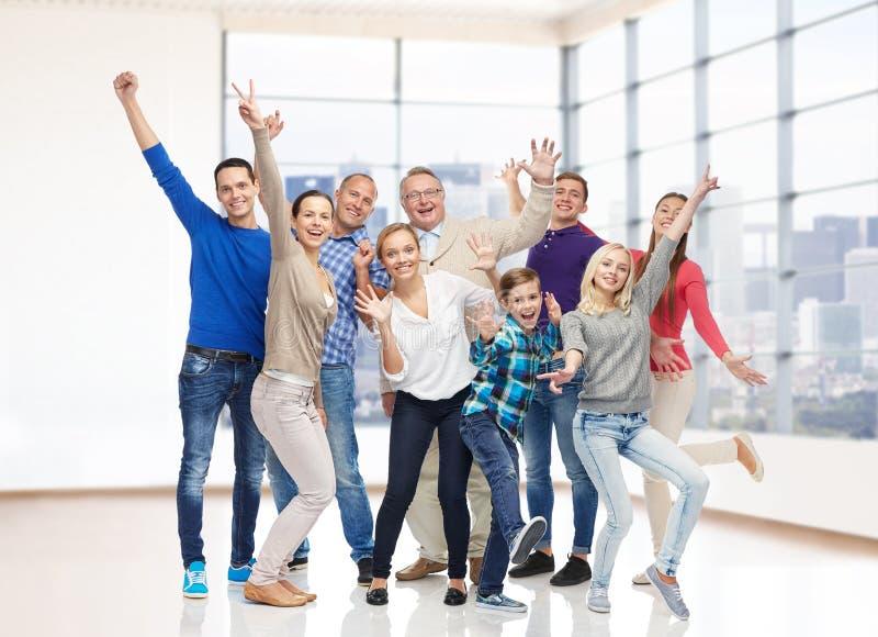 Grupa uśmiechnięci ludzie ma zabawę zdjęcia royalty free