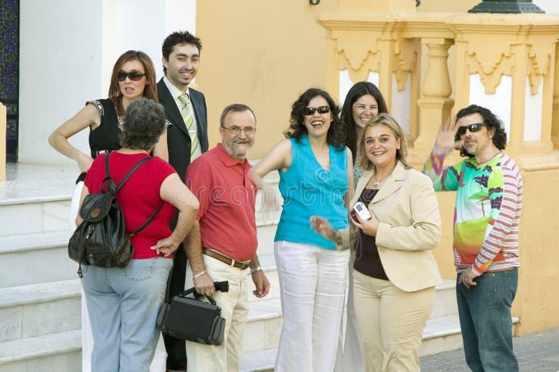 Grupa uśmiechnięci ludzie przodu kościół w wiosce Południowy Hiszpania z autostrady A49 za zachód od Sevilla blisko fotografia stock