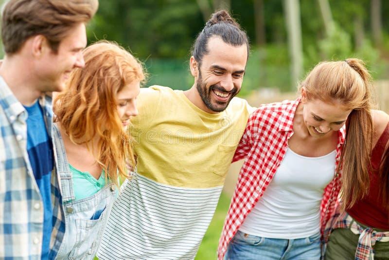 Download Grupa Uśmiechnięci Przyjaciele Outdoors Zdjęcie Stock - Obraz złożonej z nastoletni, grupa: 57655688